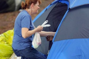 NAMB staff member Deborah McCutchen delivers a sack lunch to a person living in a tent under one of Atlanta's many overpasses. McCutchen was one of 130 NAMB staff members who participated in the entity's annual Day of Service.  Photo by John Swain/NAMB.